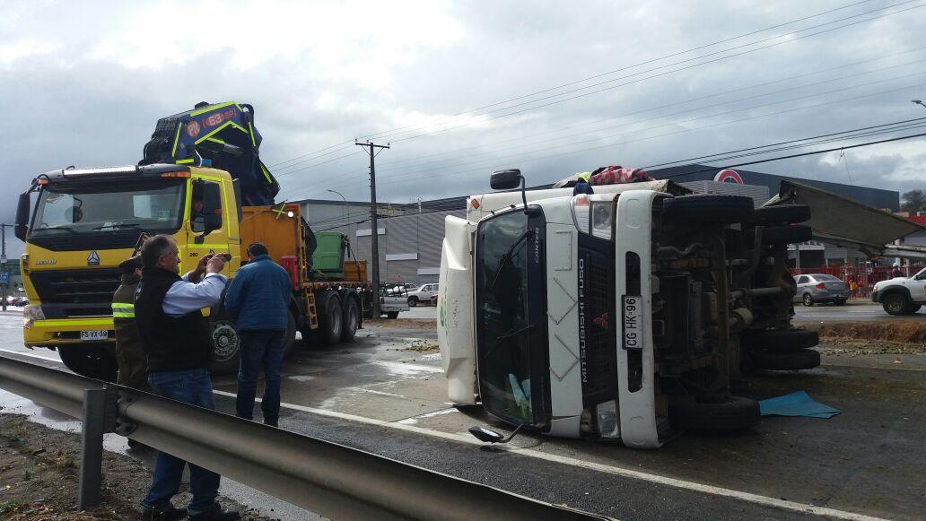 Tacos de proporciones generó el volcamiento de dos camiones en ruta cinco frente a Talca