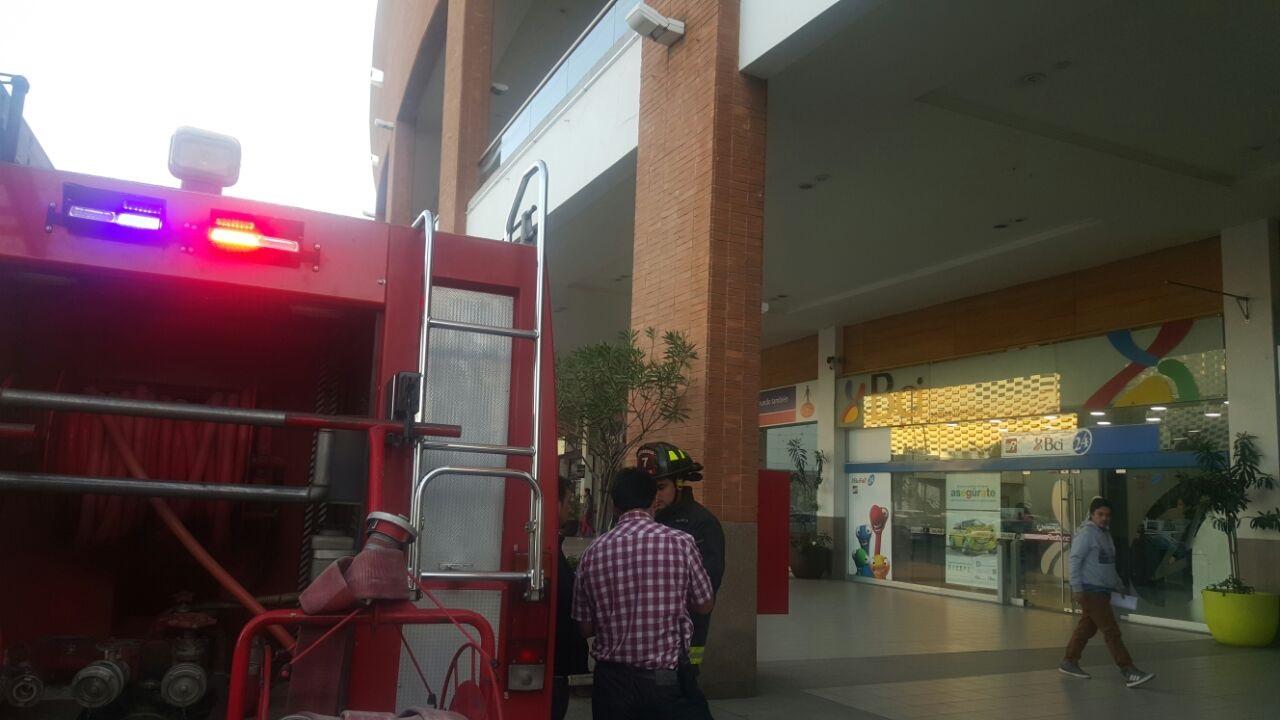 Sin riesgo vital hombre que se lanza al vacío desde el segundo piso en Mall Plaza Maule en Talca