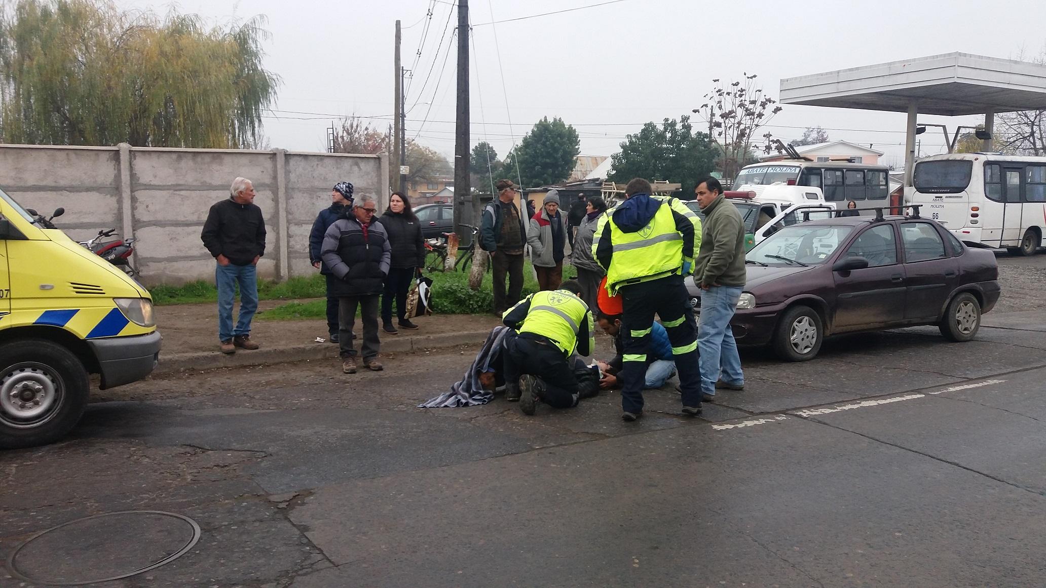 Volcamiento de motocicleta con 2 ocupantes en sector poniente de Talca, termina con mujer lesionada.
