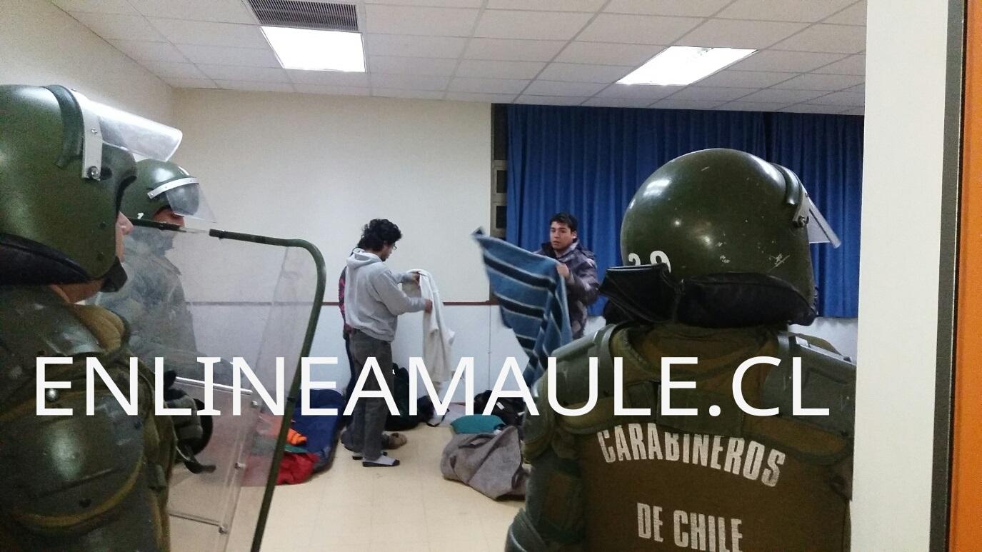 11 detenidos,  deja desalojo de 2 facultades de la UCM en Talca, que se mantenían tomadas por estudiantes.