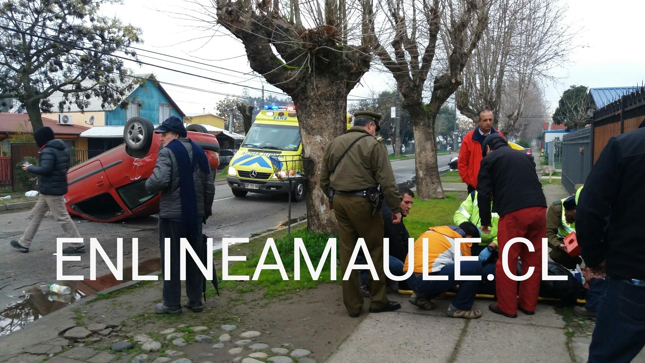 """FOTOS: Choque con volcamiento en avenida """"El Arenal"""" en Talca, deja un herido grave"""