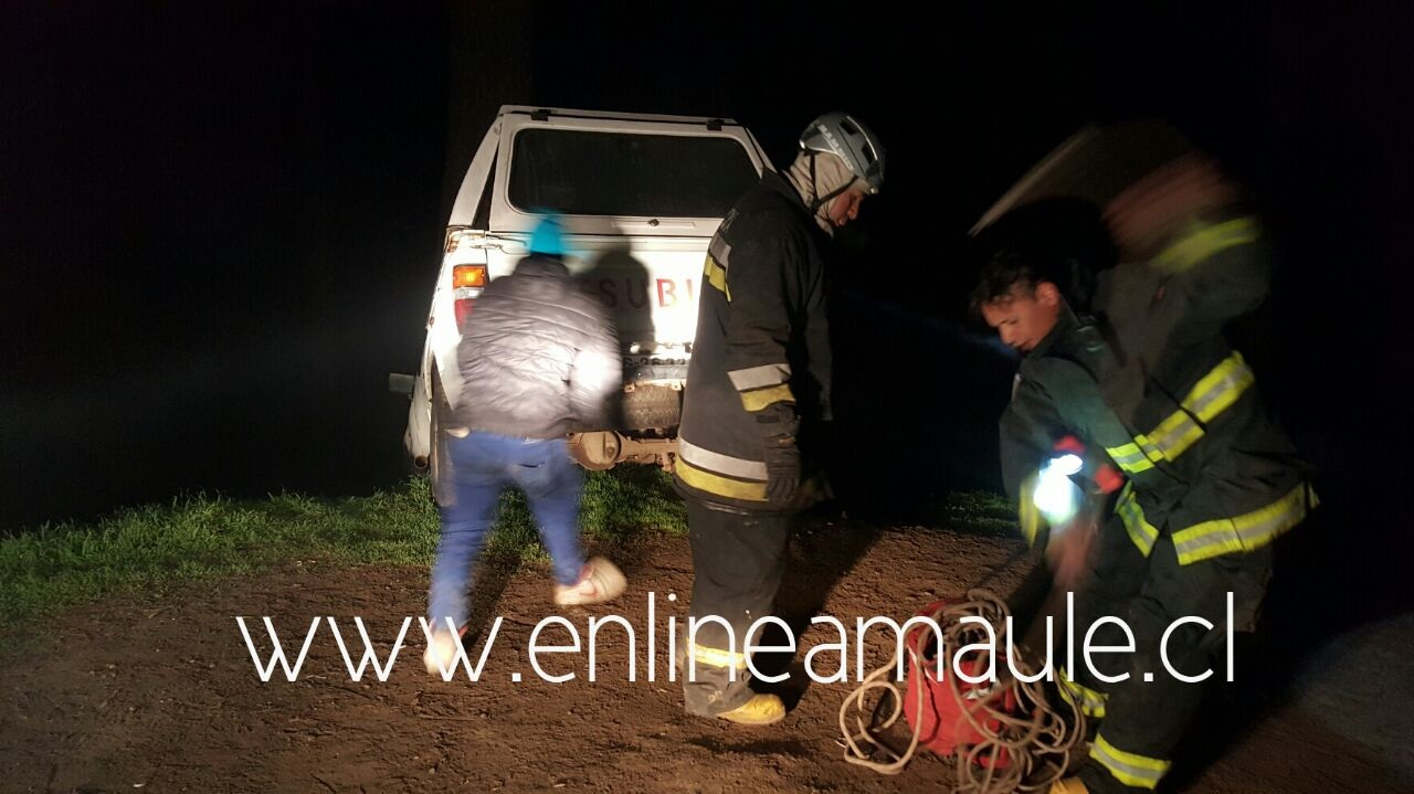 Tensión viven 4 jóvenes en cerro La Virgen en Talca, luego que el vehículo, estuviera a punto de caer al vacio