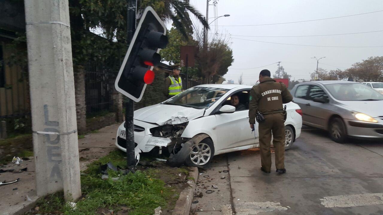 Un lesionado deja choque de automóvil con semáforo en sector poniente de Talca