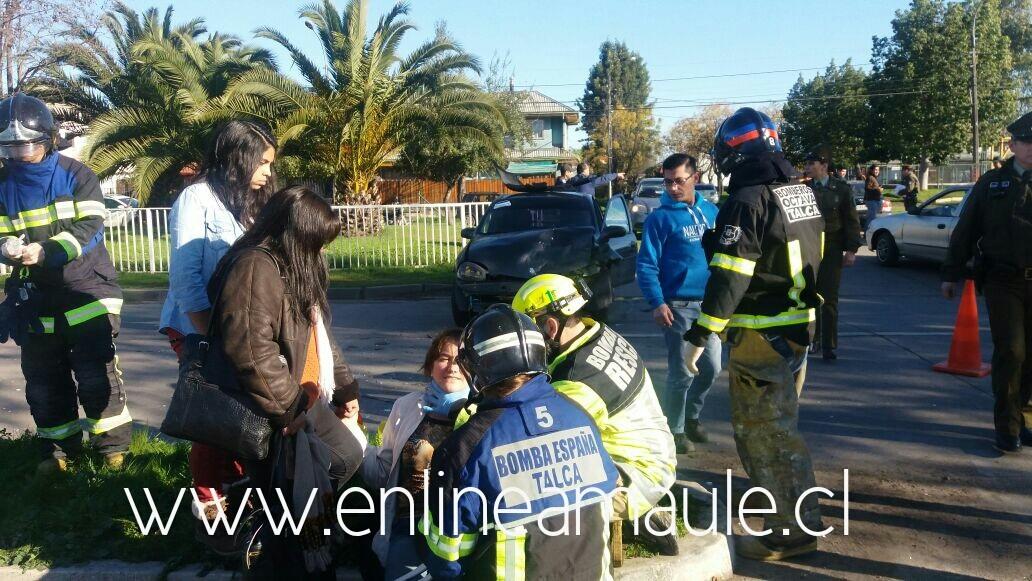 Exclusivo fotos: Violenta colisión vehicular en sector poniente de Talca deja una mujer herida