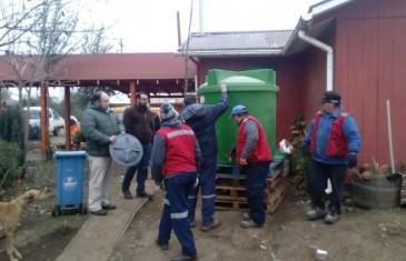 Oficina Comunal de Emergencia de la Municipalidad de Talca entrega estanques de acopio de agua a vecinos del sector El Oriente afectados porsequía