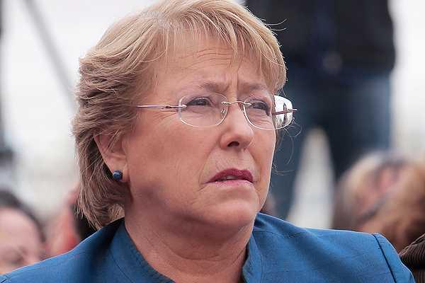 Bachelet advierte a sucesor de crisis de confianza ciudadana con instituciones