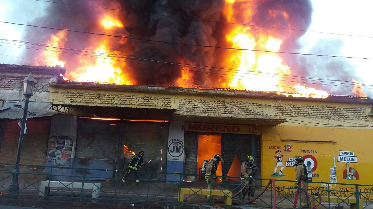 Peritos de la PDI investigan mega-siniestro en feria de calle 1 sur en Talca