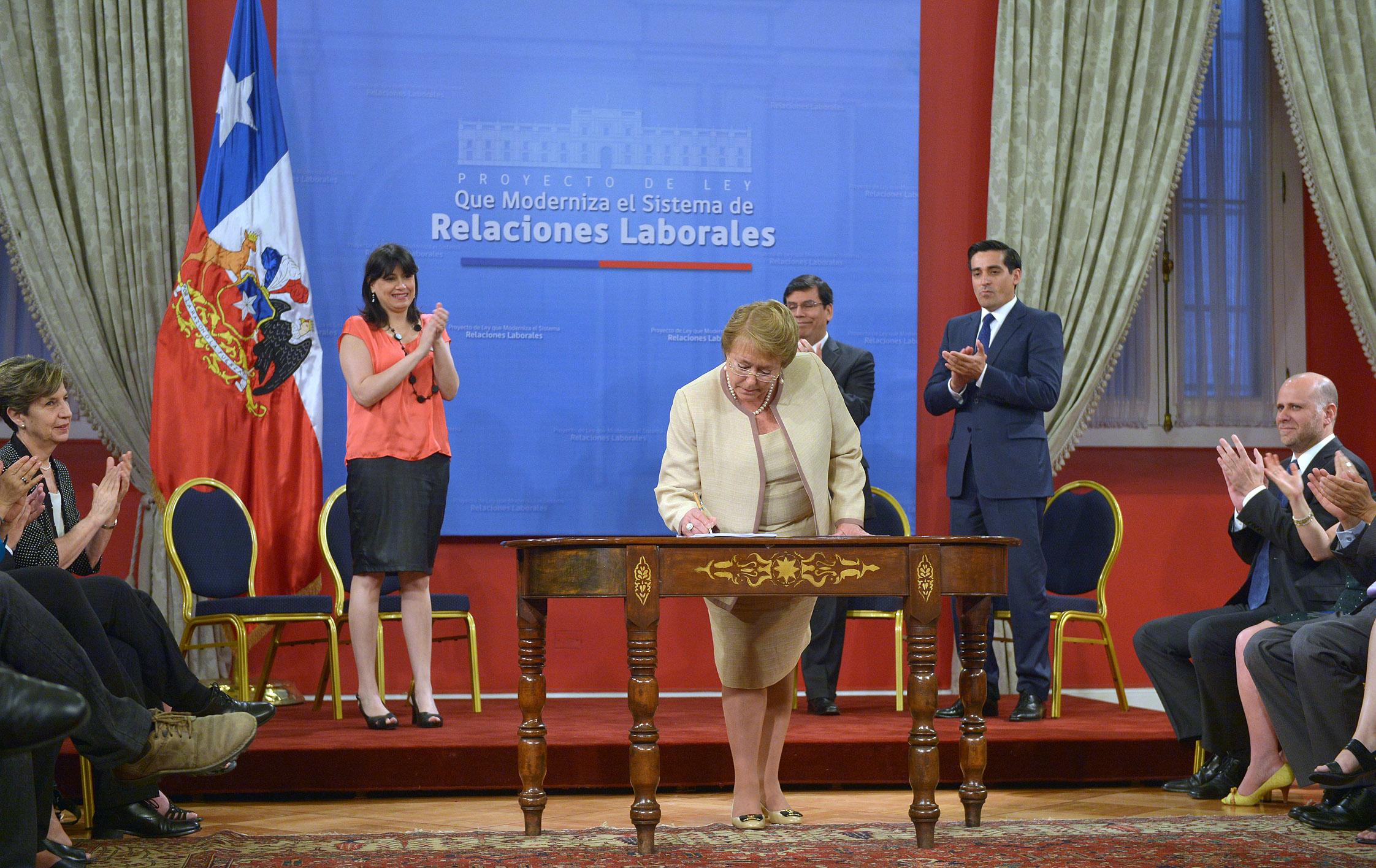 """Bachelet promulga reforma laboral que """"No es todo"""" lo que esperaba"""