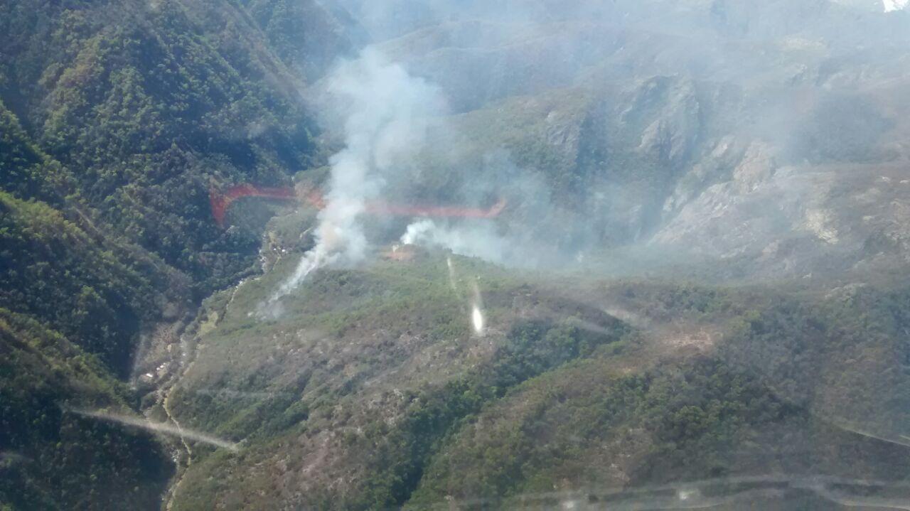 Autoridades informan que se está trabajando en el control del incendio en el Cajón del Achibueno