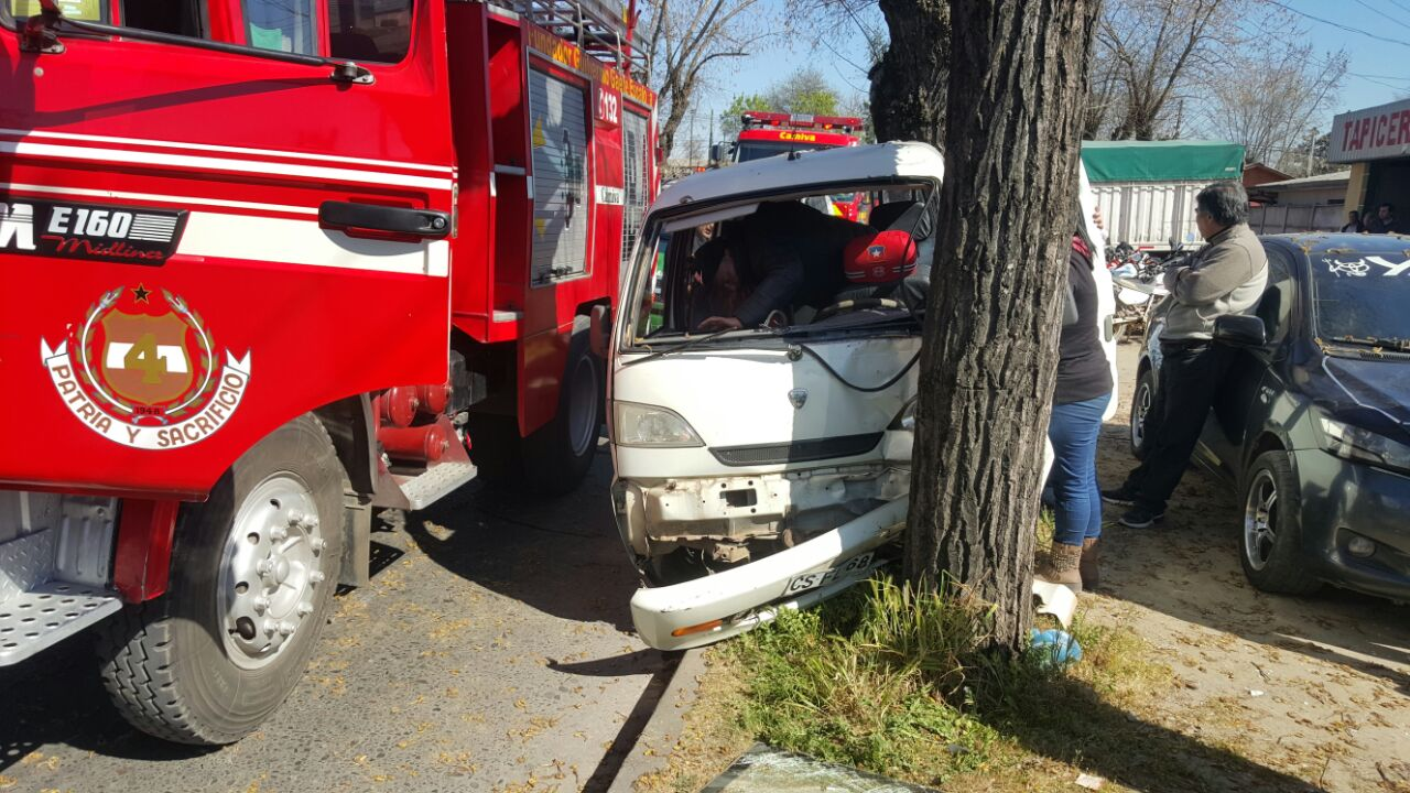 Un herido deja choque de camioneta con árbol,  en las cercanías del terminal de Talca