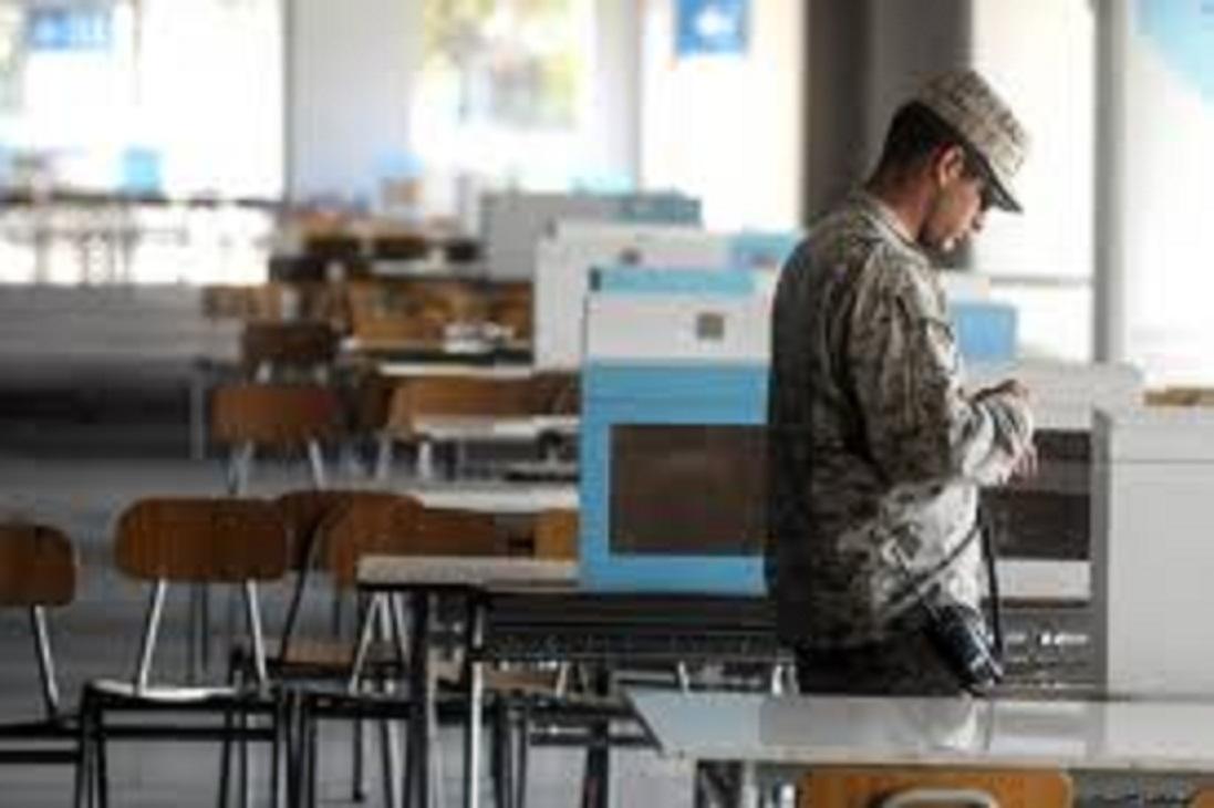 Militares tomaron hoy, posesión de todos los lugares de votación en la región y el país.