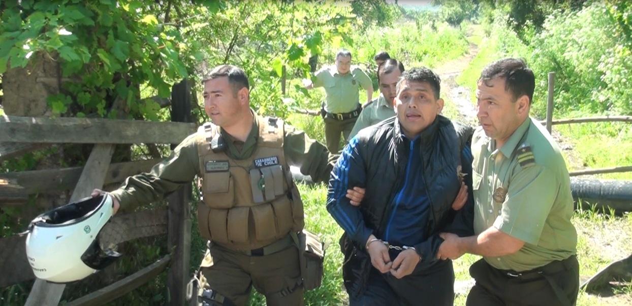 Carabinero salva a hombre que se lanzó al Río Claro en Talca, luego de ser sorprendido vendiendo drogas.