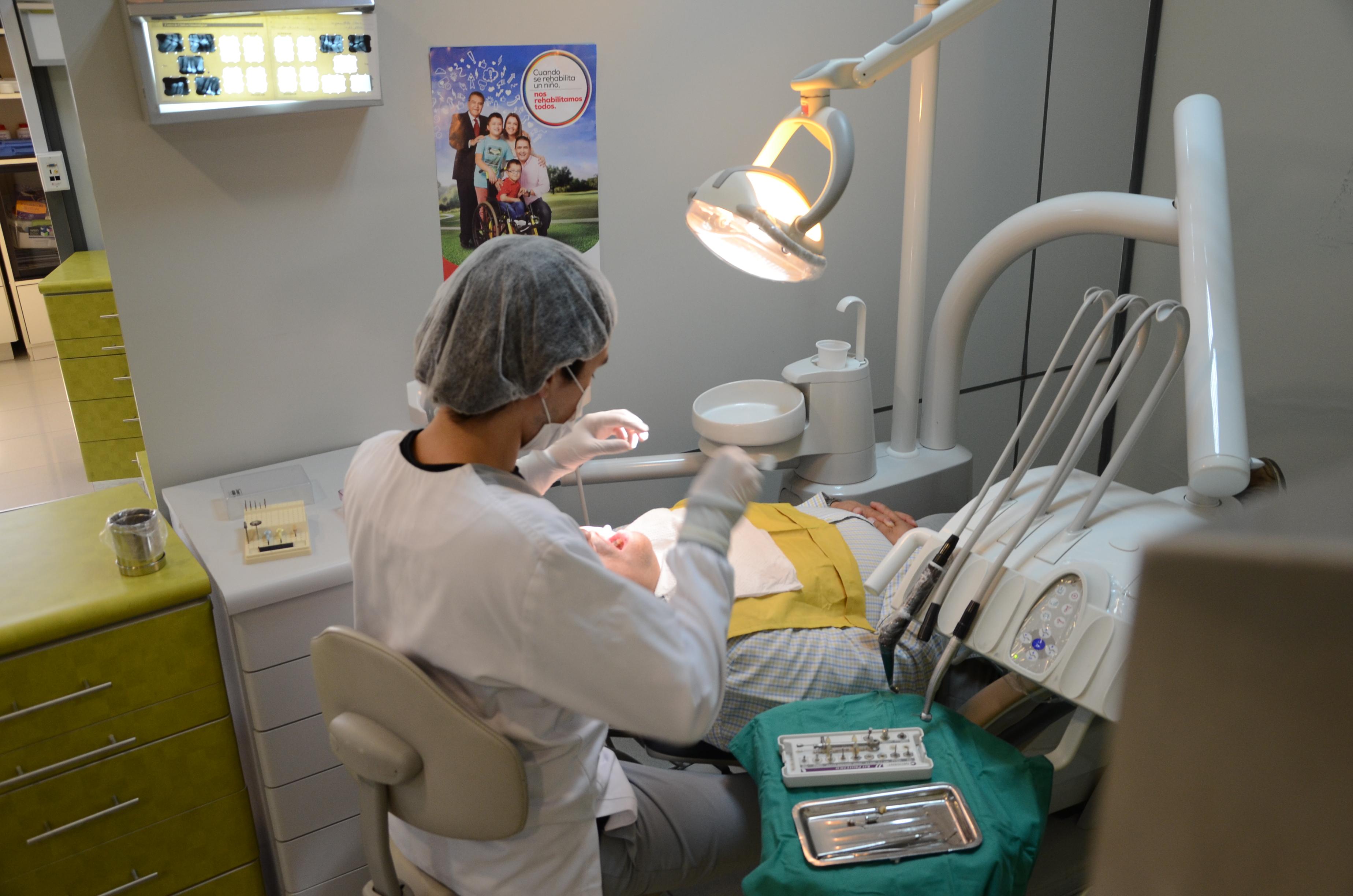 Alumnos de odontología de la UTAL atienden público para ayudar a la Teletón