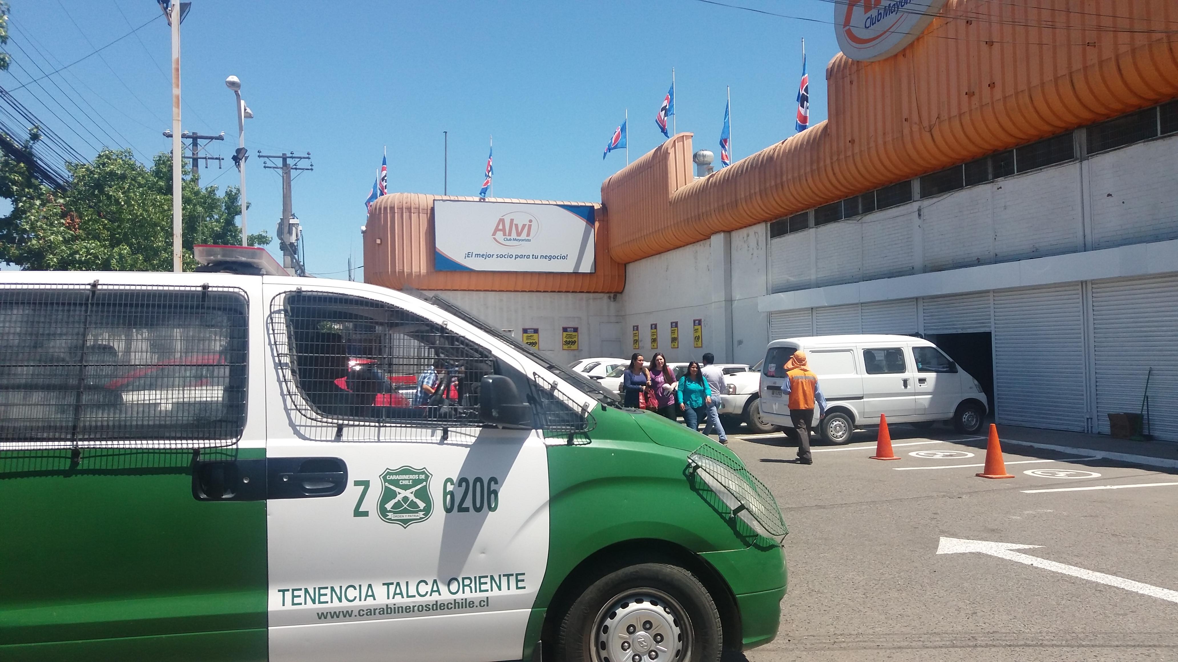 CARABINEROS LOGRA FRUSTRAR ROBO EN SUPERMERCADO ALVIS FRENTE AL TERMINAL DE BUSES DE TALCA.