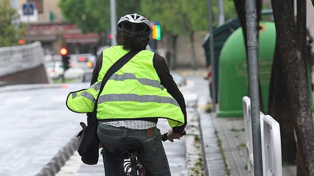 Molestos están los ciclistas respecto al uso obligatorio del chaleco reflectante