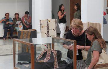 Biblioteca municipal exhíbe tejidos ancestrales