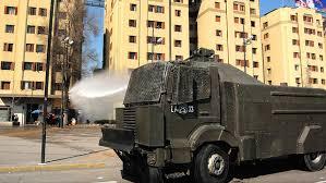 Informe detectó uso de soda caústica en carro lanza aguas de Carabineros