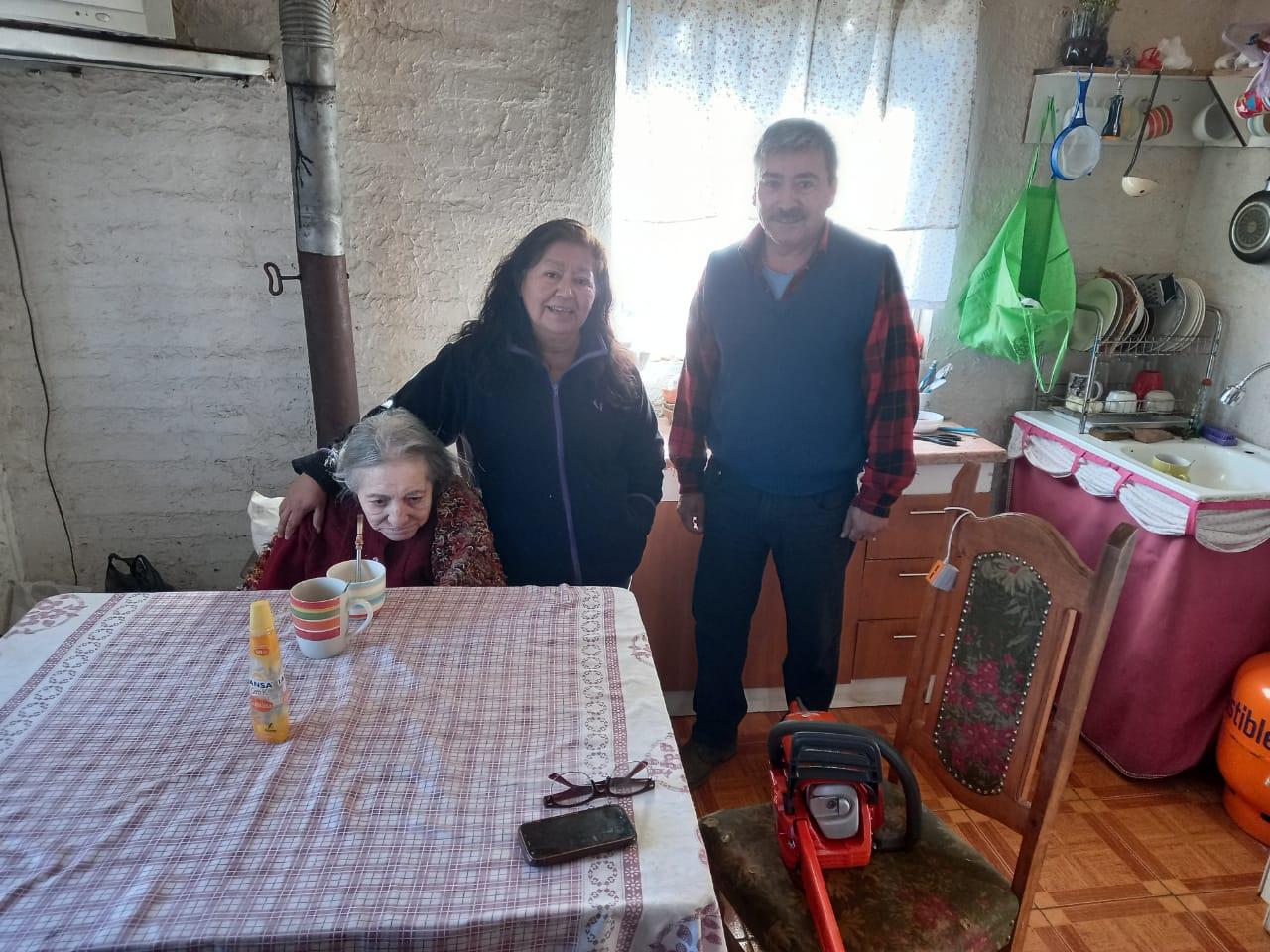 Gobierno entregó motosierra a familia que perdió su vivienda por voraz incendio