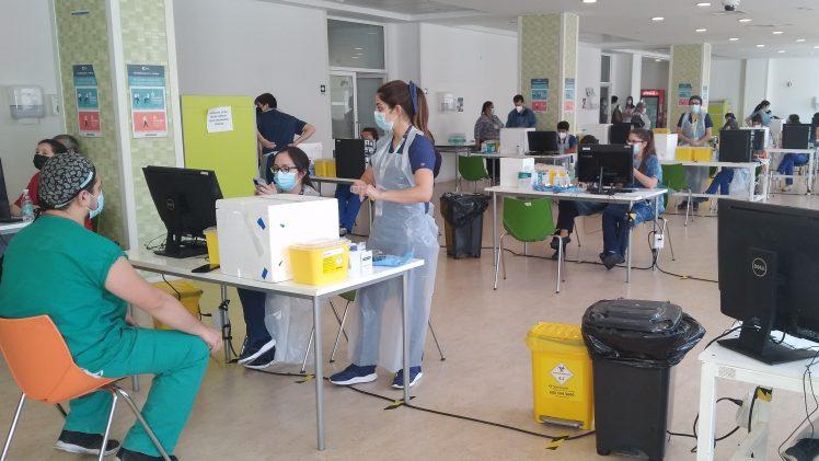 Funcionarios del Hospital Regional de Talca ya recibieron la segunda dosis de la vacuna