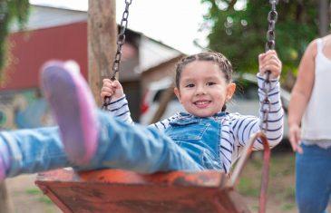 Cómo los cuidadores pueden apoyar el desarrollo de los niños y niñas